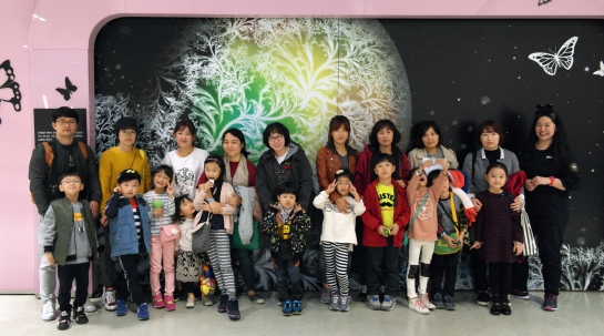 Kids and parents at Bio-Art Seoul 2016
